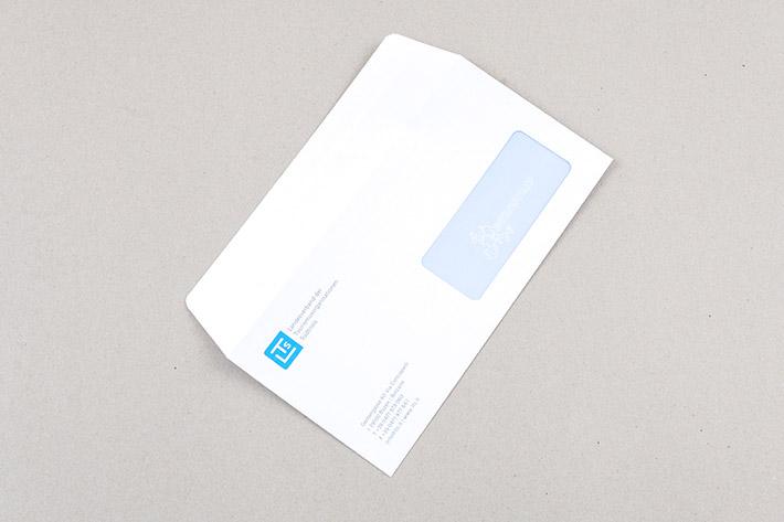 Das Kuvert im Format 22 x 11 cm.