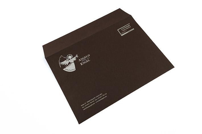 Das Kuvert im Format 23 x 23,5 cm